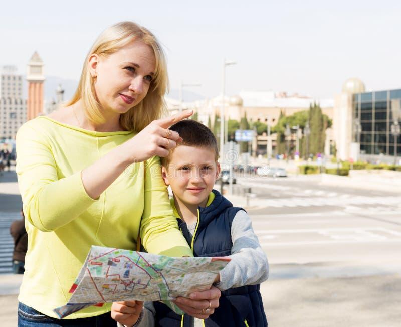 Konsulterande översiktshandbok för moder och för son royaltyfri fotografi