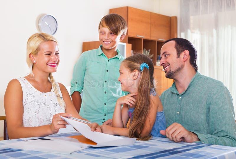 Konsulterande familj för bankmedel med ungar fotografering för bildbyråer