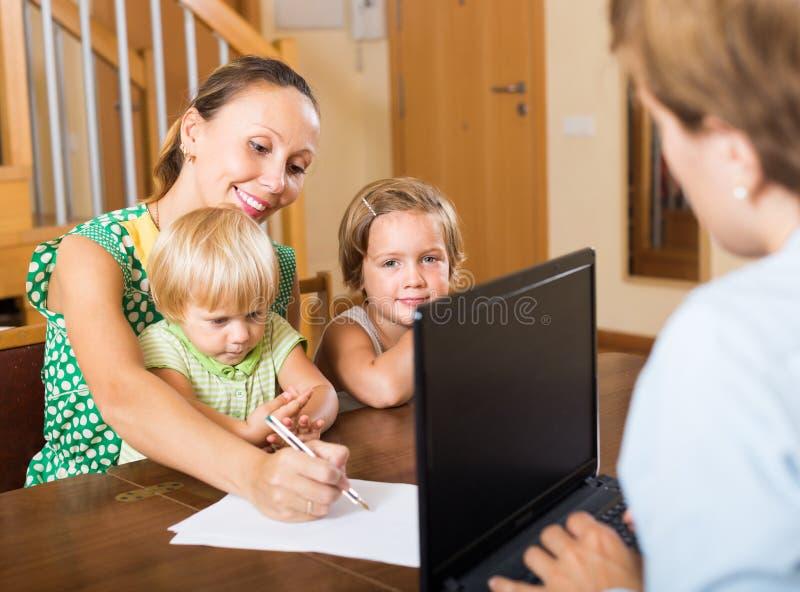 Konsulterande kvinna för medel med ungar arkivbilder