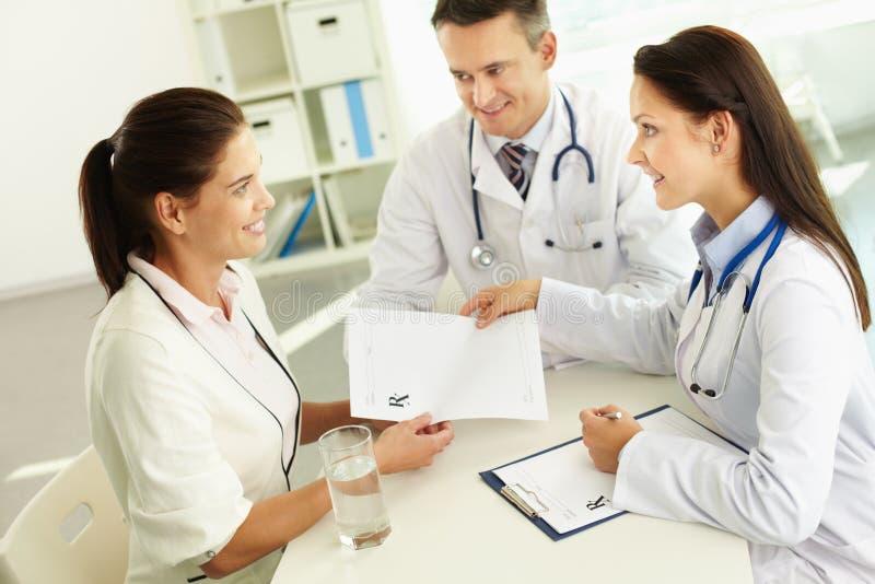 Konsulterande patient arkivfoton