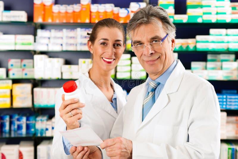 konsulterande pharmacistsapotek två fotografering för bildbyråer