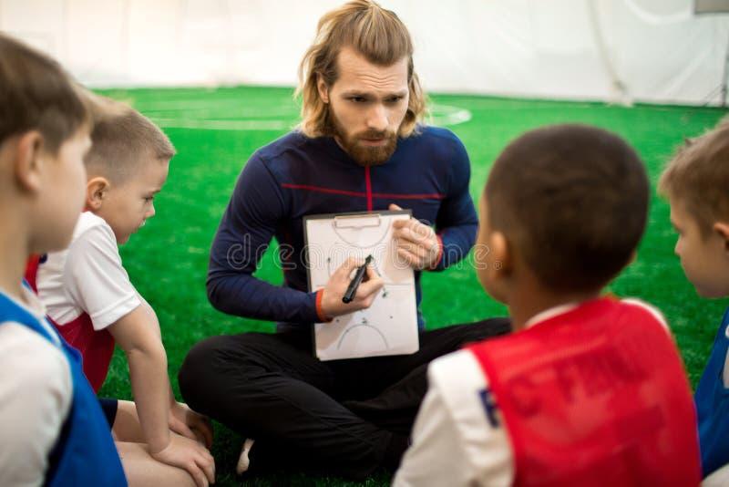Konsulterande pojkar för instruktör arkivbild