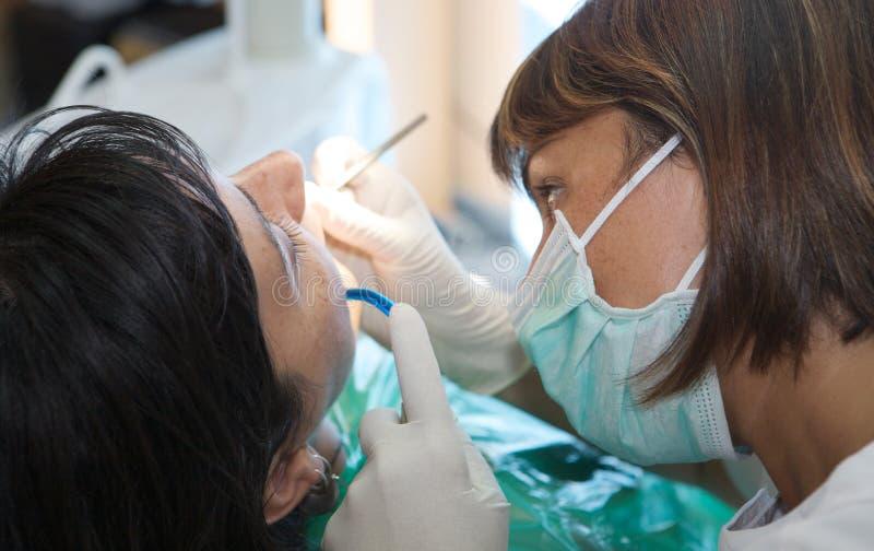 Konsultierung eines Zahnarztes lizenzfreies stockfoto