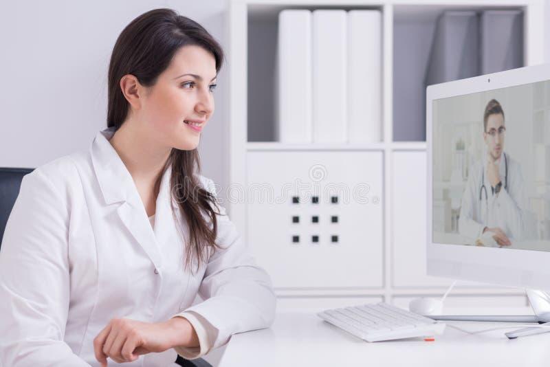 Konsultierung ihres Patienten mit einem älteren Spezialisten lizenzfreie stockfotografie