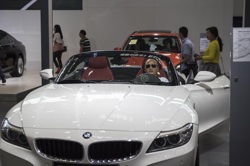 Konsumenci doświadczają nowego BMW sportów samochód zdjęcie royalty free