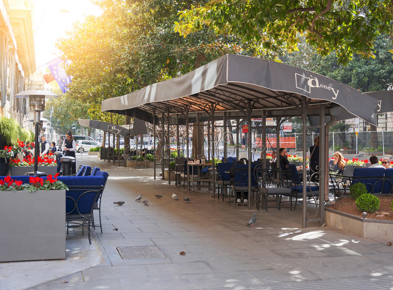 Konsumenci i turyści relaksuje przy sławnym Doney barem wewnątrz Przez Venet zdjęcie stock