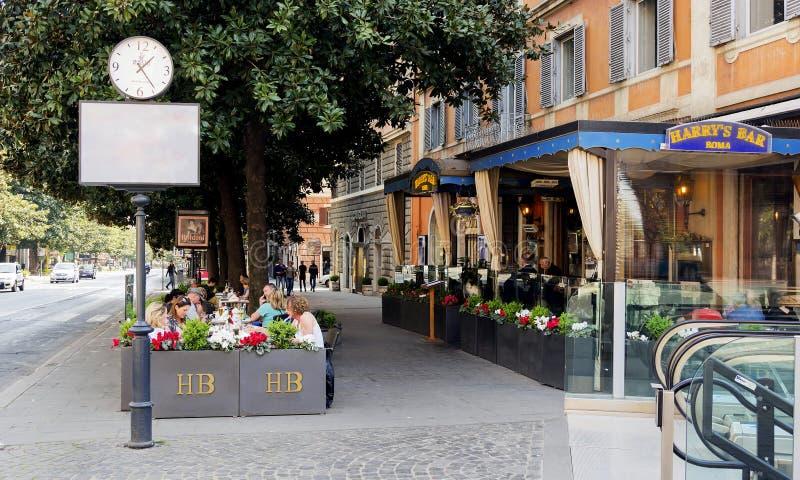 Konsumenci i turyści relaksuje przy sławnym Harry ` s barem wewnątrz Przez Ven obrazy stock