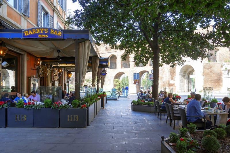 Konsumenci i turyści relaksuje przy sławnym Harry ` s barem wewnątrz Przez Ven zdjęcia stock