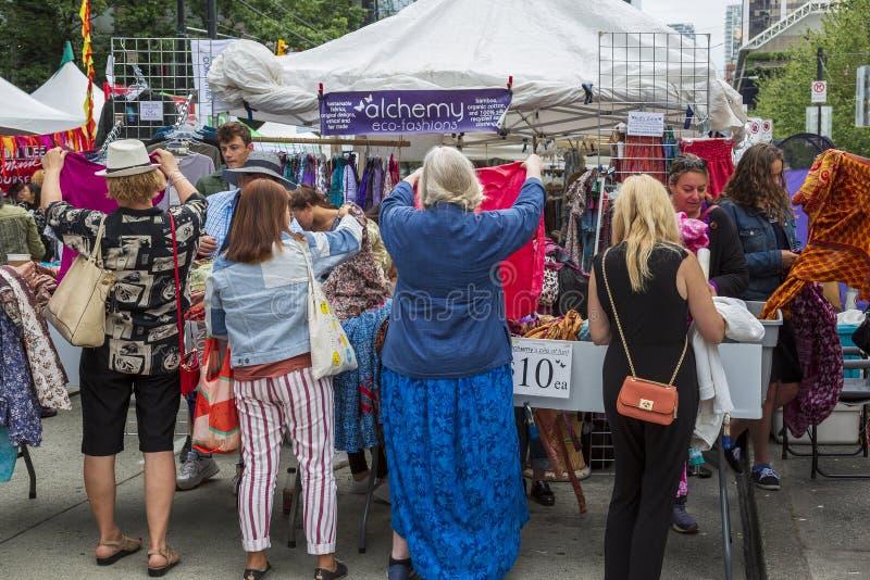 Konsumenci robi zakupy dla życzliwej organicznie odzieży zdjęcia royalty free