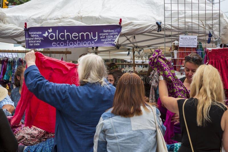 Konsumenci robi zakupy dla życzliwej organicznie odzieży zdjęcia stock