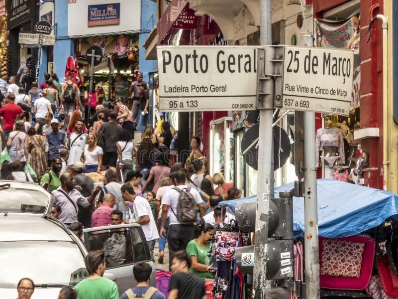Konsumenci w 25 De Marco Ulica conner Porto Geral ulicie w Sao Paulo fotografia stock