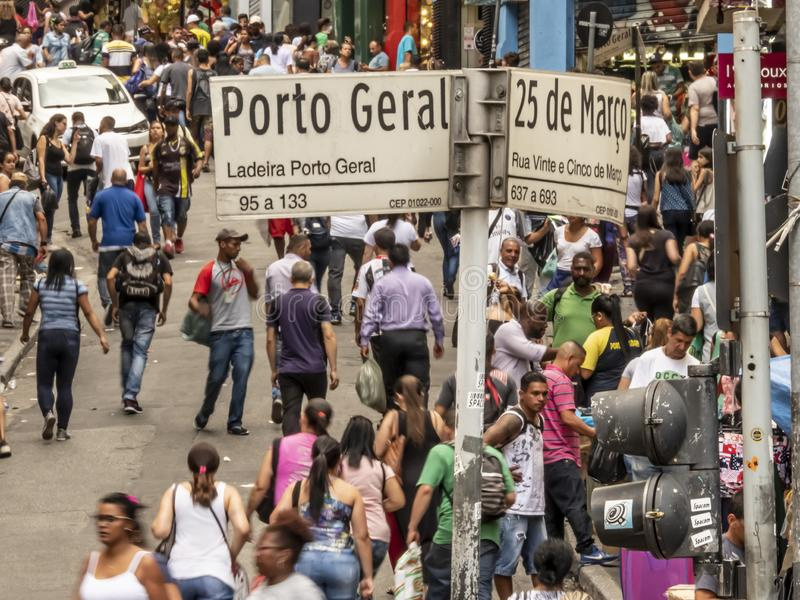 Konsumenci w 25 De Marco Ulica conner Porto Geral ulicie w Sao Paulo obrazy stock