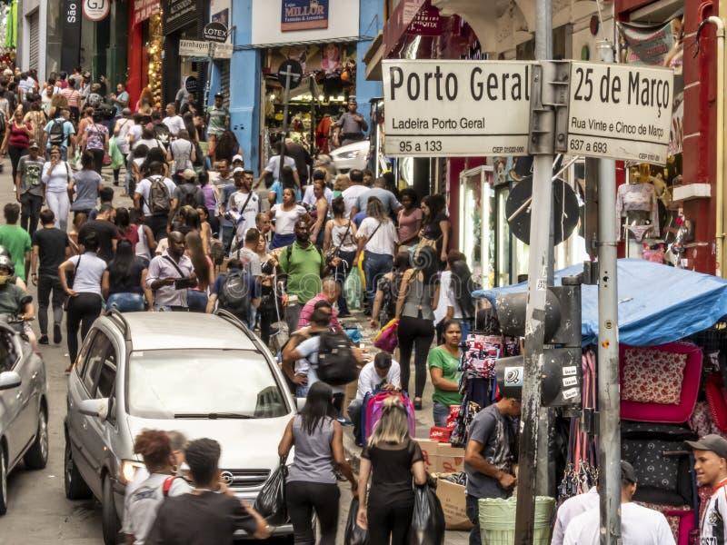 Konsumenci w 25 De Marco Ulica conner Porto Geral ulicie w Sao Paulo zdjęcia stock