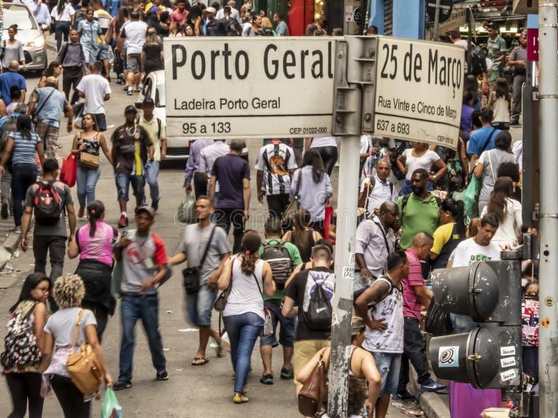 Konsumenci w 25 De Marco Ulica conner Porto Geral ulicie w Sao Paulo fotografia royalty free