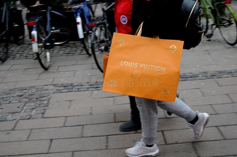 KONSUMENCI Z LOUIS VUITTON torba na zakupy obrazy royalty free