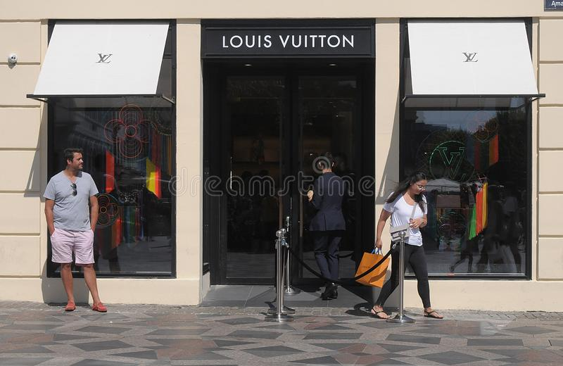 KONSUMENCI Z LOUIS VUITTON torbami na zakupy obraz stock