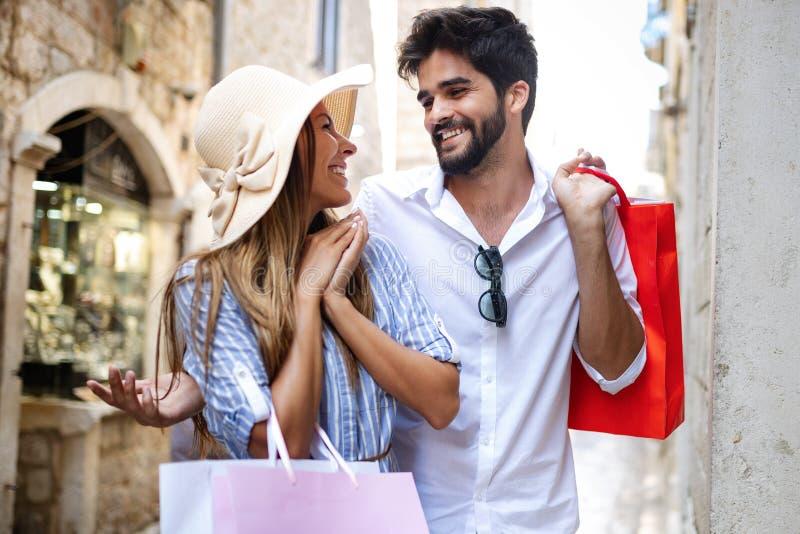 Konsumeryzm, miłość, datowanie, podróży pojęcie Szczęśliwa para cieszy się zakupy ma zabawę zdjęcia stock