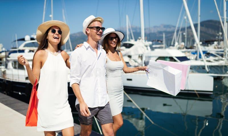 Konsumeryzm, przyjaciele, wakacje, podróży pojęcie Piękni ludzie cieszy się zakupy ma zabawę zdjęcia royalty free