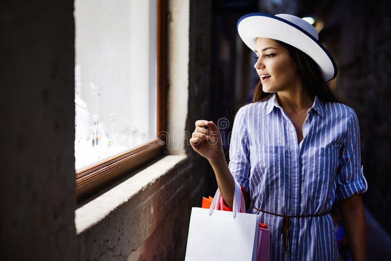 Konsumeryzm, zakupy, stylu ?ycia poj?cie Szczęśliwa kobieta z torbami cieszy się zakupy zdjęcia stock