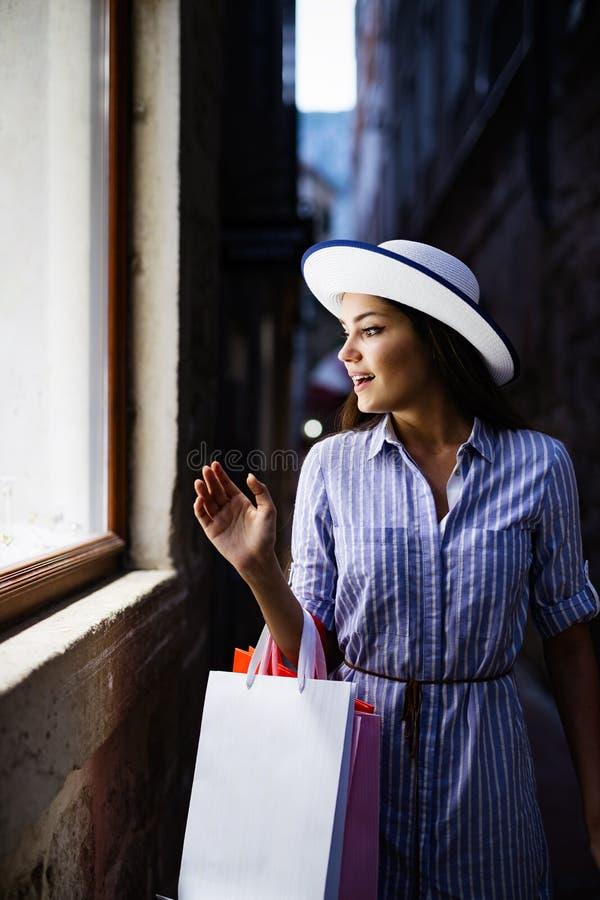 Konsumeryzm, zakupy, stylu ?ycia poj?cie Szcz??liwa kobieta z torbami cieszy si? zakupy zdjęcie royalty free