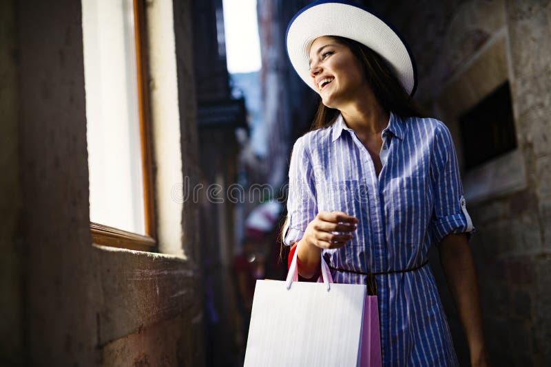 Konsumeryzm, zakupy, stylu ?ycia poj?cie Szcz??liwa kobieta z torbami cieszy si? zakupy obraz royalty free