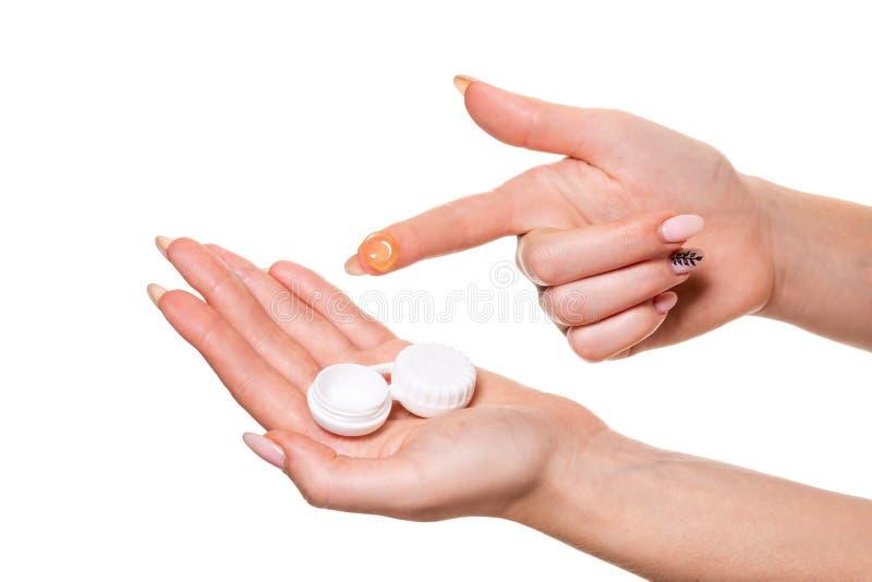 Kontaktöga Lens Närbild av kvinnahänder som rymmer den vita eyelensebehållaren arkivfoton