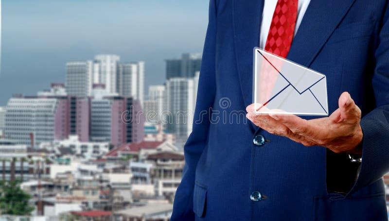 Kontakta oss begreppet, den höga affärsmannen bär emailen i hand arkivfoton