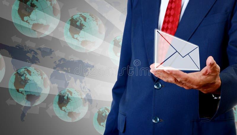 Kontakta oss begreppet, hög affärsman för att bära emailen med global bakgrund royaltyfri foto