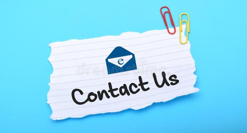 Kontakta oss med emailsymbolen på vitbok royaltyfria foton
