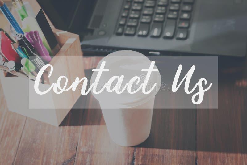 Kontakta oss meddelandet på apparatarbetena begreppet för service för kunden för tabellbakgrundsöverensstämmelse fotografering för bildbyråer