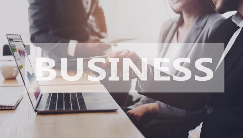 kontaminacja biznes zawiera eps10 wizerunku trybów przezroczystości różnorodnego słowo Partnery pracuje na laptopie wpólnie ilustracja wektor