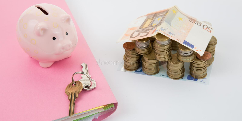 Kontanta pengar för euroräkningar med tangenter hus och spargris på tabellen royaltyfri foto
