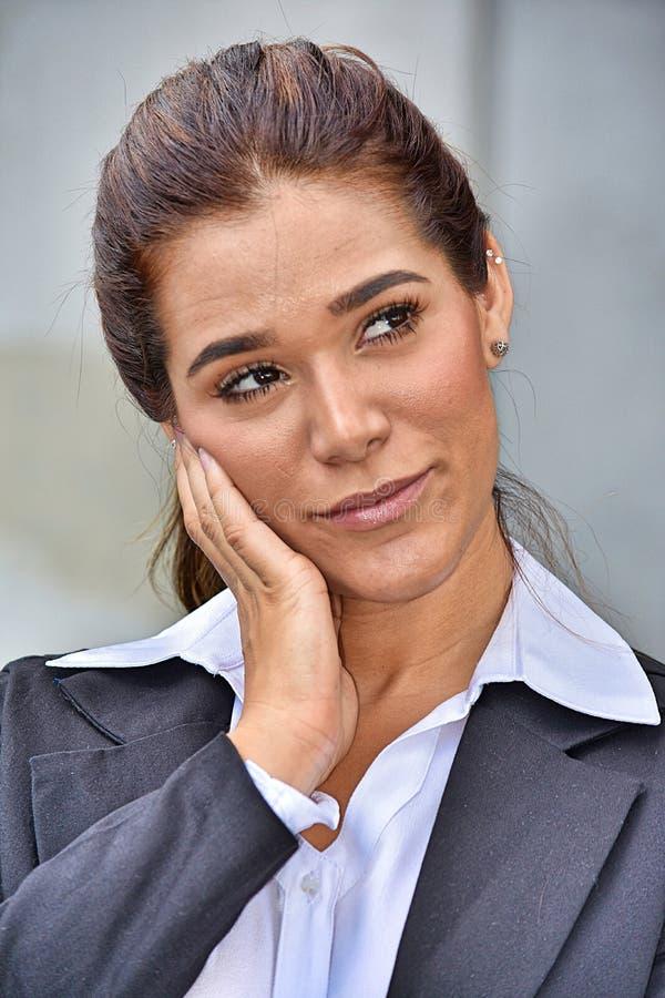 Kontemplacyjna Mniejszościowa Biznesowa kobieta Jest ubranym kostium fotografia royalty free