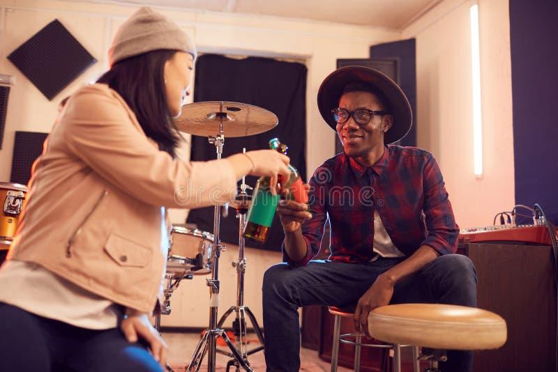 Kontemporär afrikansk musiker med vän royaltyfri bild
