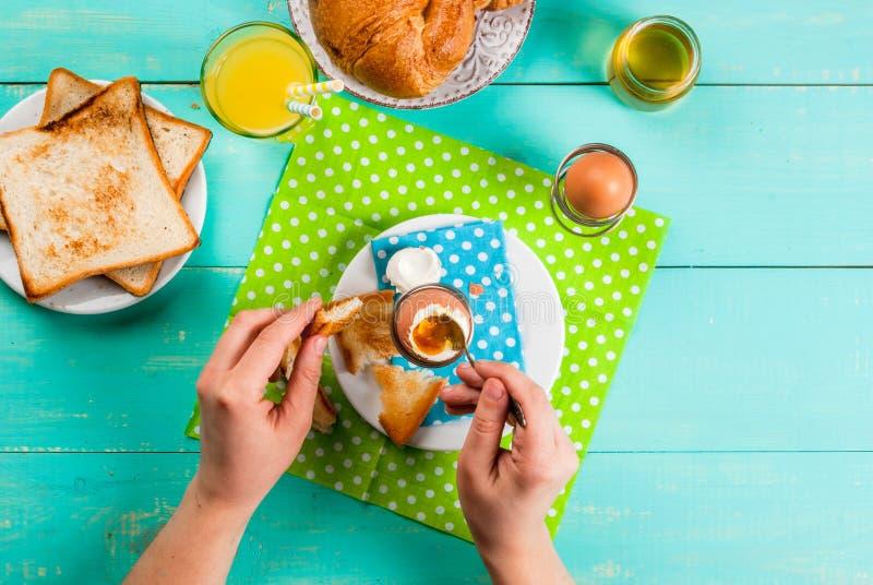 Kontinental frukost för sommar eller för vår royaltyfri bild