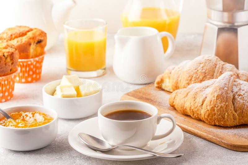Kontinental frukost med nya giffel, orange fruktsaft och Co arkivfoto