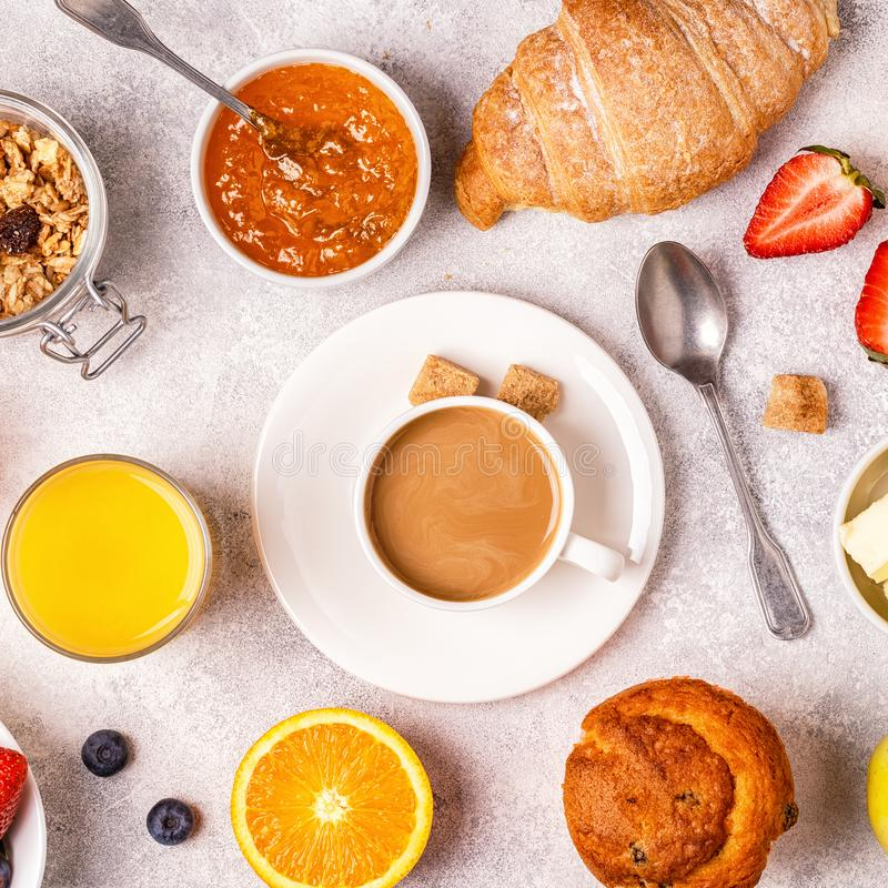 Kontinental frukost med nya giffel, orange fruktsaft och Co fotografering för bildbyråer
