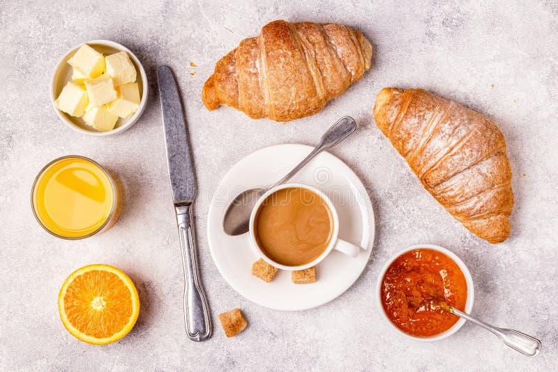 Kontinental frukost med nya giffel, orange fruktsaft och Co royaltyfria foton