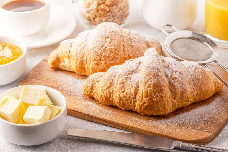 Kontinental frukost med nya giffel, orange fruktsaft och Co arkivbild