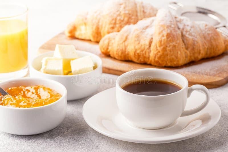Kontinental frukost med nya giffel, orange fruktsaft och Co royaltyfri foto