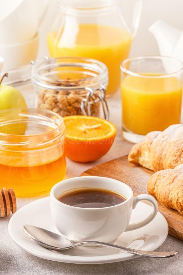 Kontinental frukost med nya giffel, orange fruktsaft och Co royaltyfri fotografi