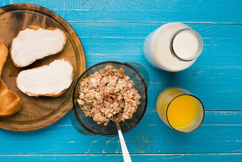 Kontinental frukost med rostat brödbröd, orange fruktsaft arkivbilder