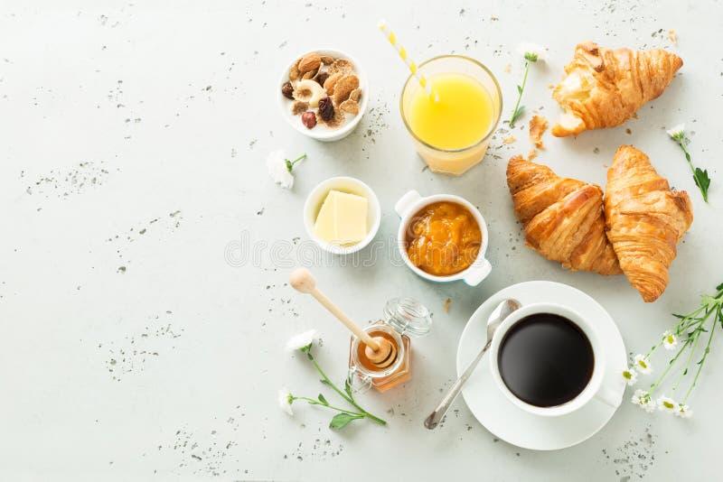 Kontinental frukost på stentabellen från ovannämnt - plant lägga royaltyfria bilder