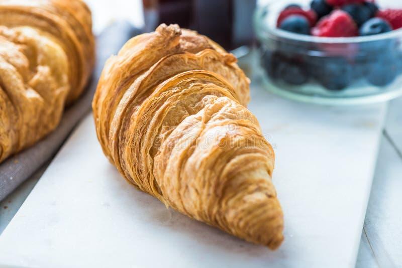 Kontinentales Frühstück, frisches Hörnchen stockfoto