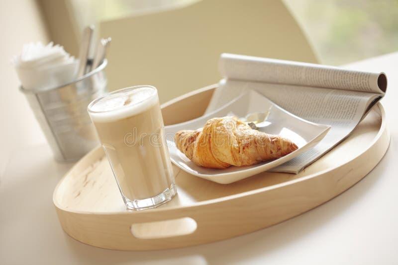 Kontinentales Frühstück mit Kaffee und Hörnchen stockbilder
