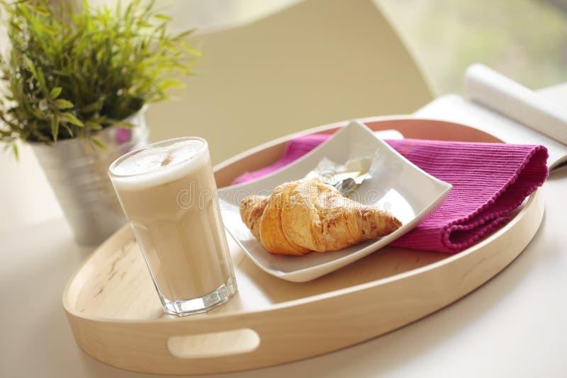Kontinentales Frühstück mit Kaffee und Hörnchen lizenzfreies stockbild