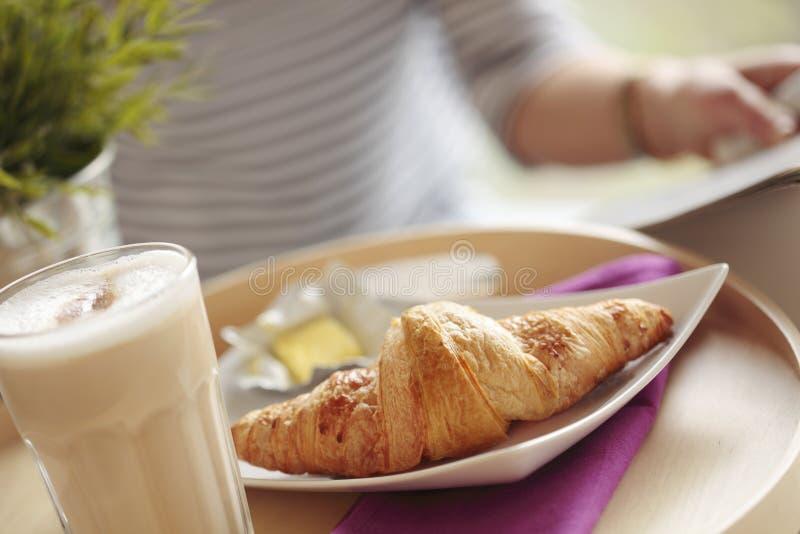 Kontinentales Frühstück mit Kaffee und Hörnchen lizenzfreies stockfoto