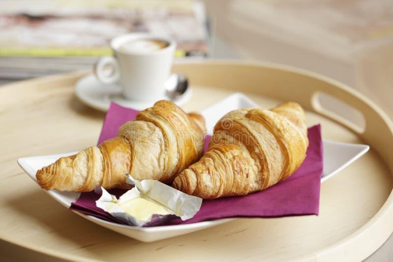 Kontinentales Frühstück mit Kaffee und Hörnchen lizenzfreie stockfotografie