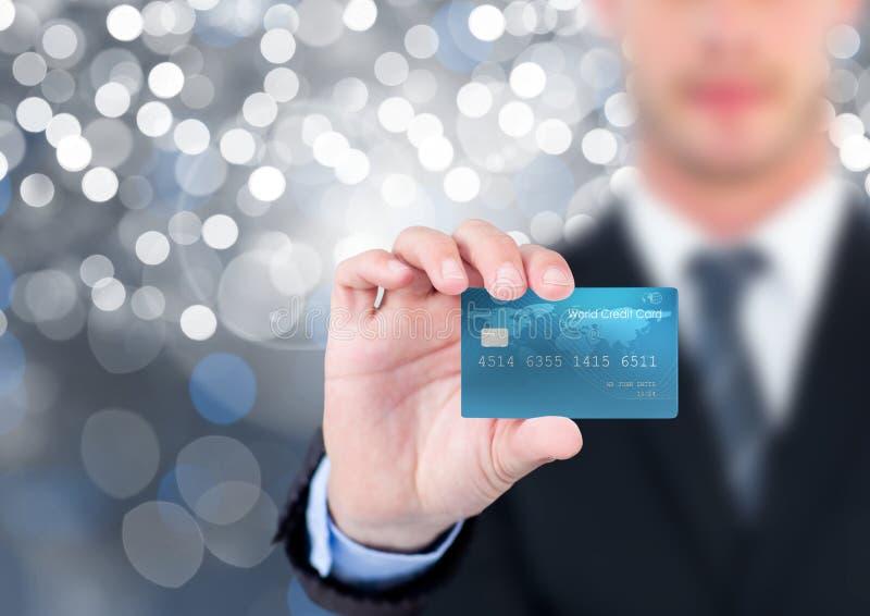 Kontokort för handinnehavkreditering med mousserande ljus bokehbakgrund royaltyfria foton