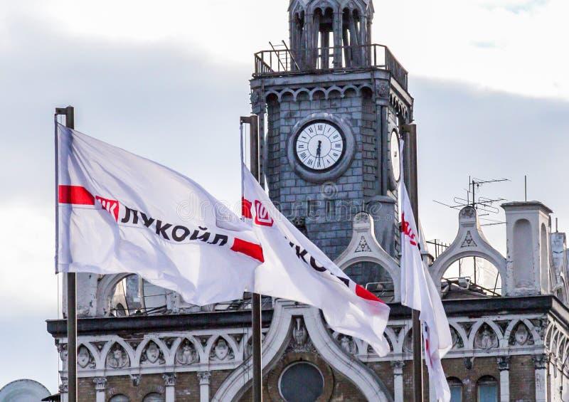 Kontor av det moderna företaget och en vit flagga med namnet av företaget royaltyfri foto